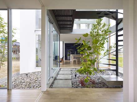 Escaleras de estilo  de 小松隼人建築設計事務所