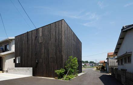 Casas de estilo ecléctico por 小松隼人建築設計事務所