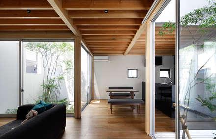 高柳の家: 小松隼人建築設計事務所が手掛けたリビングです。