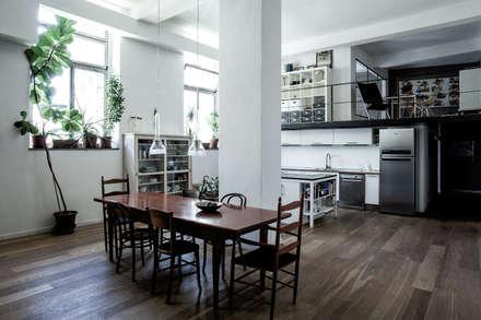 CASA RS: Sala da pranzo in stile in stile Industriale di Lula Ferrari Architetto