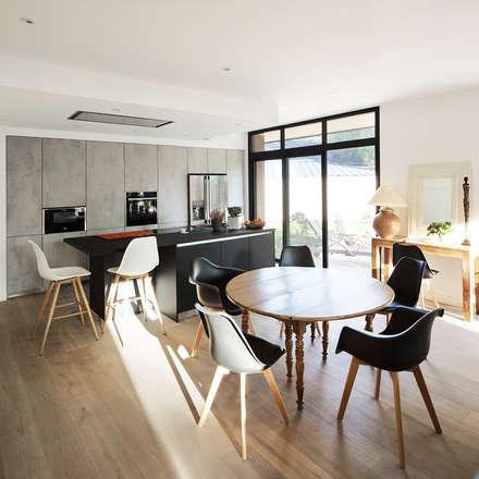 Maison D: Salle à manger de style de style Moderne par DESarchitecture