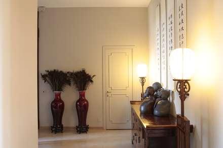 RISTRUTTURAZIONE APPARTAMENTO A MILANO: Ingresso & Corridoio in stile  di Studio Architettura Macchi