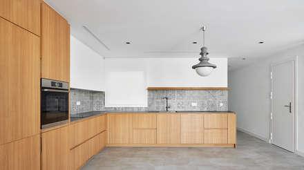 CASA JÚLIA: Cocinas de estilo escandinavo de GUILLEM CARRERA arquitecte