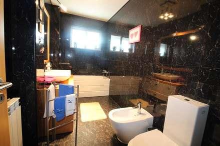 Casa de banho serviço (1): Casas de banho rústicas por Clix Mais