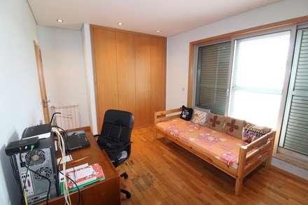 Quarto 2 ou escritório (3): Quartos rústicos por Clix Mais