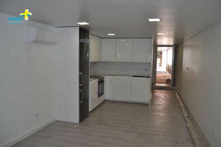 Cozinha e Sala (1): Cozinhas embutidas  por Clix Mais