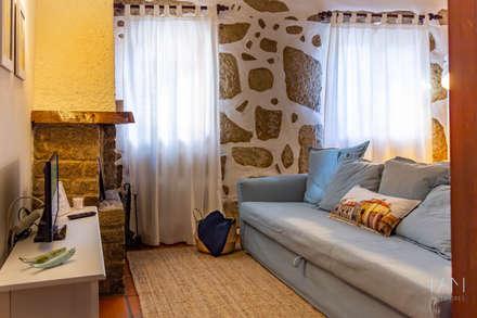 Foz House 1 | Homestaging: Salas de estar campestres por IAM Interiores