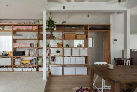 Suita house renovation: ALTS DESIGN OFFICEが手掛けたリビングです。