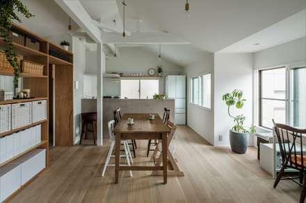 Suita house renovation: ALTS DESIGN OFFICEが手掛けたダイニングです。