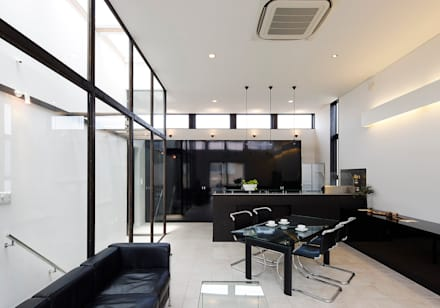 H邸: 空間工房 用舎行蔵 一級建築士事務所が手掛けたダイニングです。