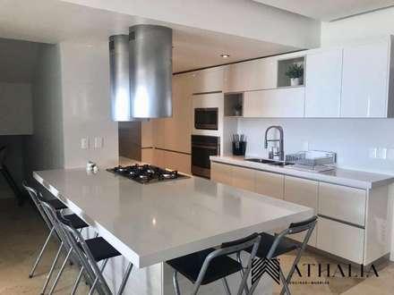 Nhà bếp by Athalia cocinas y Carpinteria