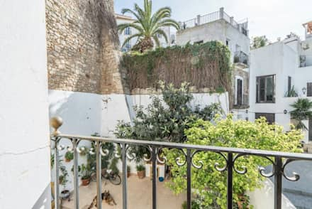 House completely restored in Dalt Vila: classic Houses by ibizatophouse