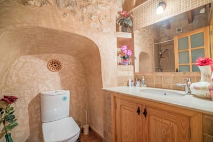 House completely restored in Dalt Vila: classic Bathroom by ibizatophouse