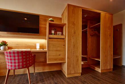 Begehbarer Kleiderschrank in einem Hotelzimmer:  Hotels von BAUR WohnFaszination GmbH