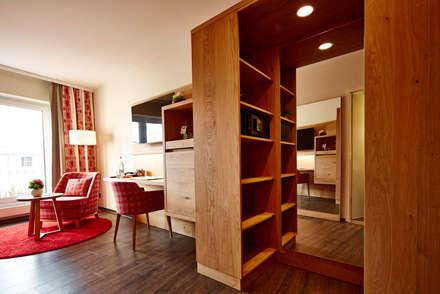 Hotelzimmereinrichtung mit begehbarem Kleiderschrank:  Hotels von BAUR WohnFaszination GmbH