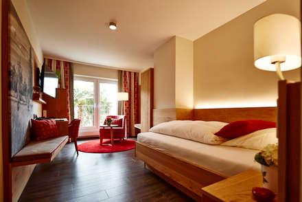 Hotelzimmereinrichtung mit stimmungsvoller Ambientebeleuchtung:  Hotels von BAUR WohnFaszination GmbH