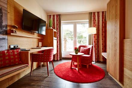 modern gestaltete Hotelzimmereinrichtung:  Hotels von BAUR WohnFaszination GmbH