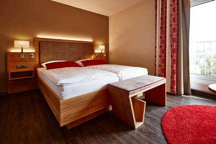 Modern gestaltetes Hotelzimmer:  Hotels von BAUR WohnFaszination GmbH