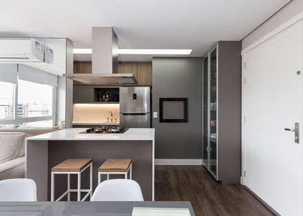 Contemporâneo Clean: Cozinhas minimalistas por Rabisco Arquitetura