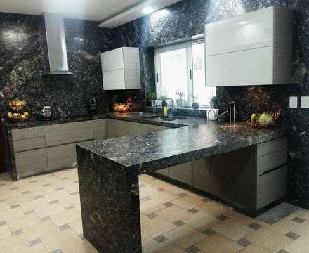 Kitchen units by Athalia cocinas y Carpinteria
