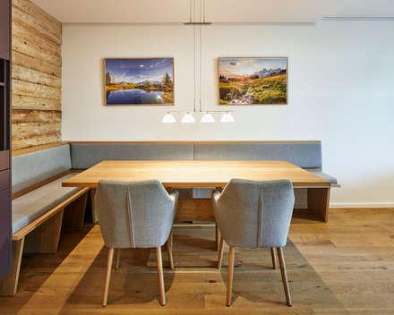 Eckecke mit integrierter Sitzbank: moderne Esszimmer von Schreinerei Fischbach GmbH & Co. KG