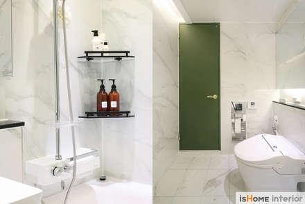 시선을 사로잡는 38평 청라아파트의 품격: 이즈홈의  화장실