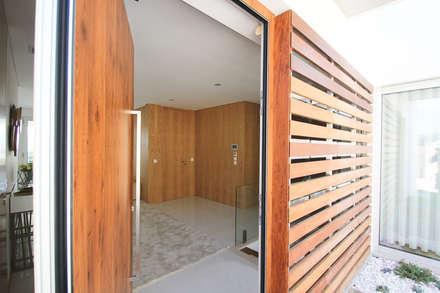 Moradia em Baião: Portas principais  por SOUSA LOPES, arquitectos