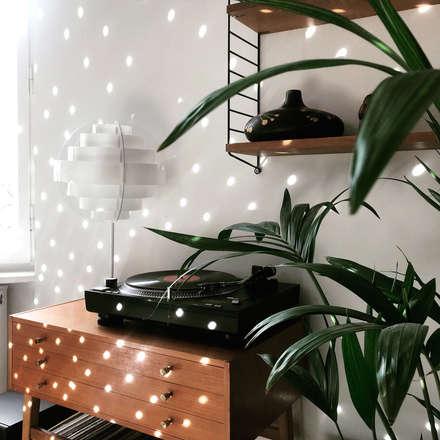 Mid Century - Modern: tropische Wohnzimmer von MM STUDIO - INTERIORS BERLIN
