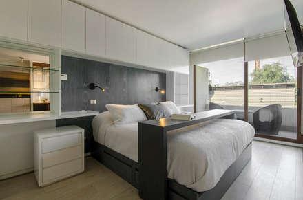 Departamento Las Trinitarias: Dormitorios de estilo moderno por Klover