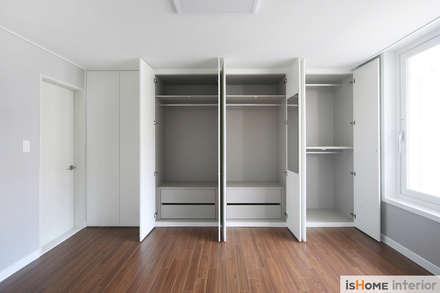 화이트 우드 인테리어의 새로운 시선 32평 부천아파트: 이즈홈의  방