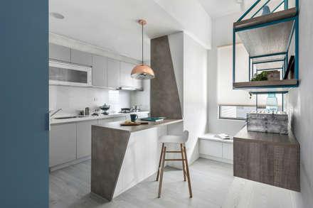 八號屋:  廚房 by 寓子設計