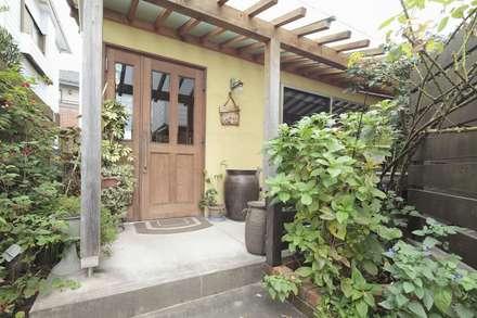 Casa di legno in stile  di アース・アーキテクツ一級建築士事務所
