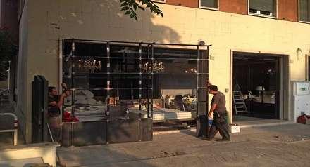 Struttura in ferro, installazione: Negozi & Locali commerciali in stile  di Farre+Stevenson Architettura