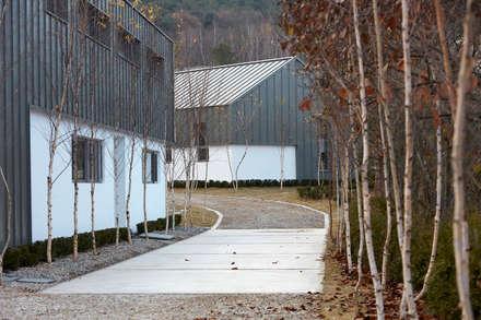 lyanature LAB (리아네이처 연구소 및 창고동): 위즈스케일디자인의  정원