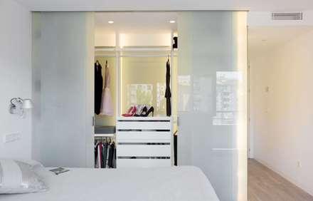 Casa Ronda Norte: Vestidores de estilo moderno de 2J Arquitectura