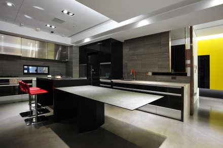 室內設計 市政廳 H House:  廚房 by 黃耀德建築師事務所  Adermark Design Studio