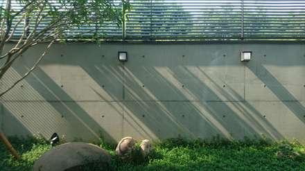 Jardines con piedras de estilo  por 黃耀德建築師事務所  Adermark Design Studio