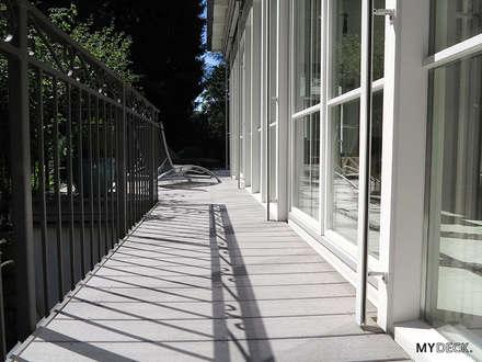 Terrassengestaltung im Landhausstil mit MYDECK WPC Dielen in grau:  Terrasse von MYDECK GmbH