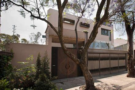 Casas unifamiliares de estilo  por Paola Calzada Arquitectos