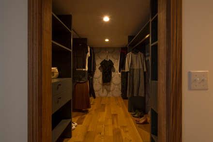 Walk in closet de estilo  por yuukistyle 友紀建築工房