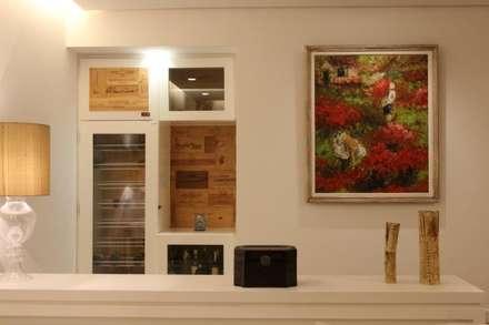 Ruang Penyimpanan Wine by Renata Esbroglio Arquitetura