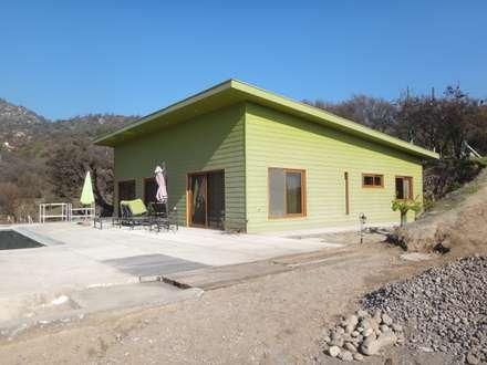 FACHADA PONIENTE: Casas unifamiliares de estilo  por ARKITEKTURA