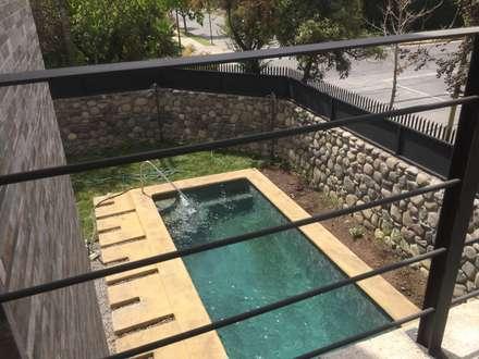 PISCINA EN ANTEJARDIN: Piscinas de jardín de estilo  por Arqsol