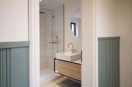 Blick ins Badezimmer: skandinavische Badezimmer von Fiedler + Partner