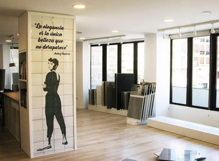 Azulejos pintados a mano para Tendenzia Showroom, Valencia.: Edificios de oficinas de estilo  de Artelux