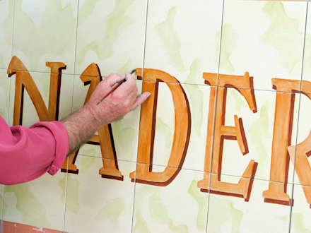 """Fachada de azulejo pintado a mano para la panadería """"El Horno"""" : Oficinas y Tiendas de estilo  de Artelux"""