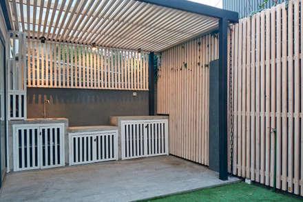 Quincho: Terrazas  de estilo  por LEON CAMPINO ARQUITECTURA SPA