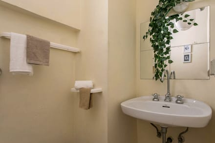 : minimalistic Bathroom by Habitat Home Staging & Photography