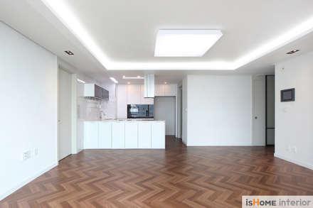 헤링본 마루가 매력적인 44평 송도아파트  : 이즈홈의  거실
