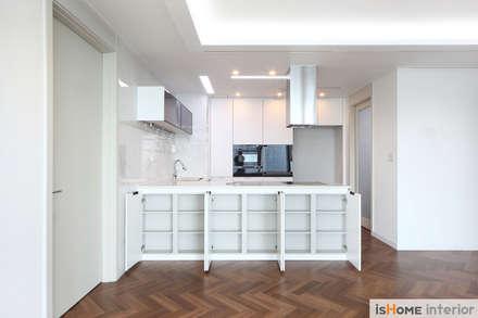 헤링본 마루가 매력적인 44평 송도아파트  : 이즈홈의  주방